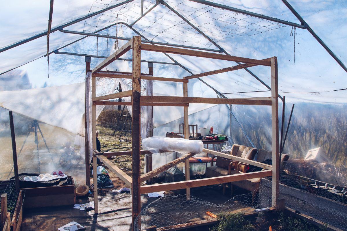 bygger växthus