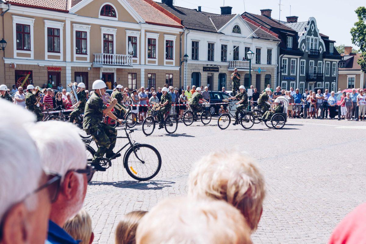 Östgöta cykelorkester, en musikkår som spelar instrument och cyklar samtidigt